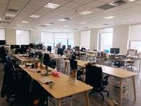 明亮又開放的辦公室(每人必備的Mac電腦)