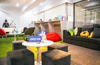 優雅時尚的工業風辦公室+休閒草皮休憩區